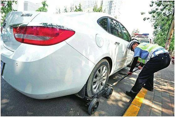 发生交通事故被扣车,到底拖车停车费谁出?